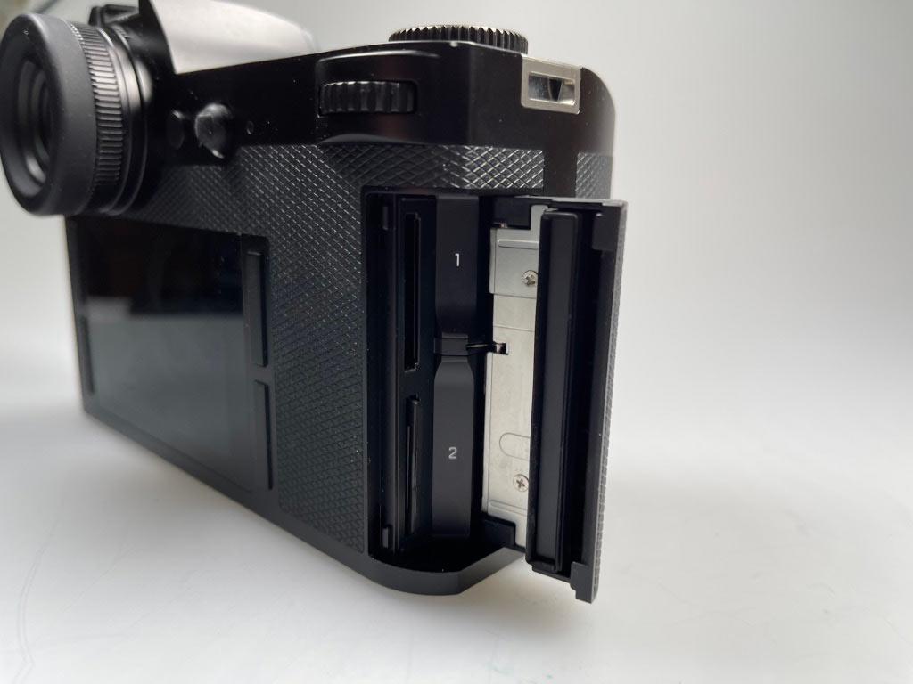 Leica SL hat 2 Speicherkarten Fächer