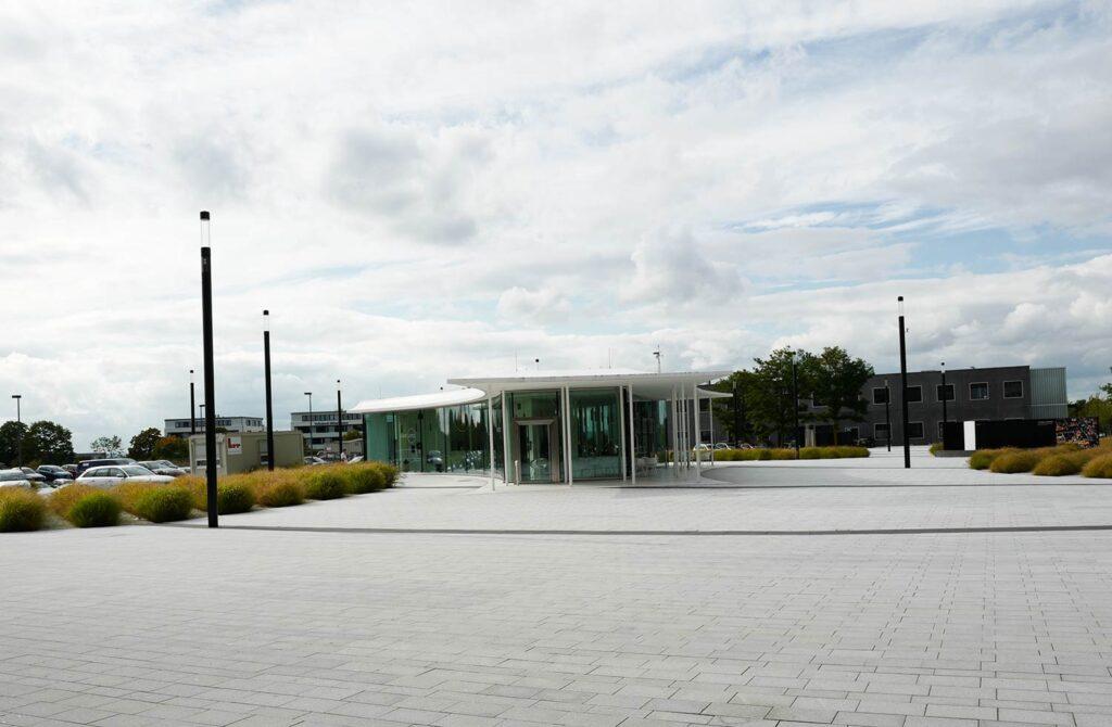 Raus aus dem Hauptgebäude und Blick auf das Leica Café und einen Teil des Campus