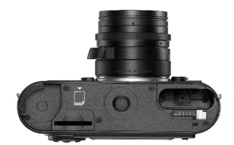 Leica M8 von unten mit Fach für Batterie und Karte