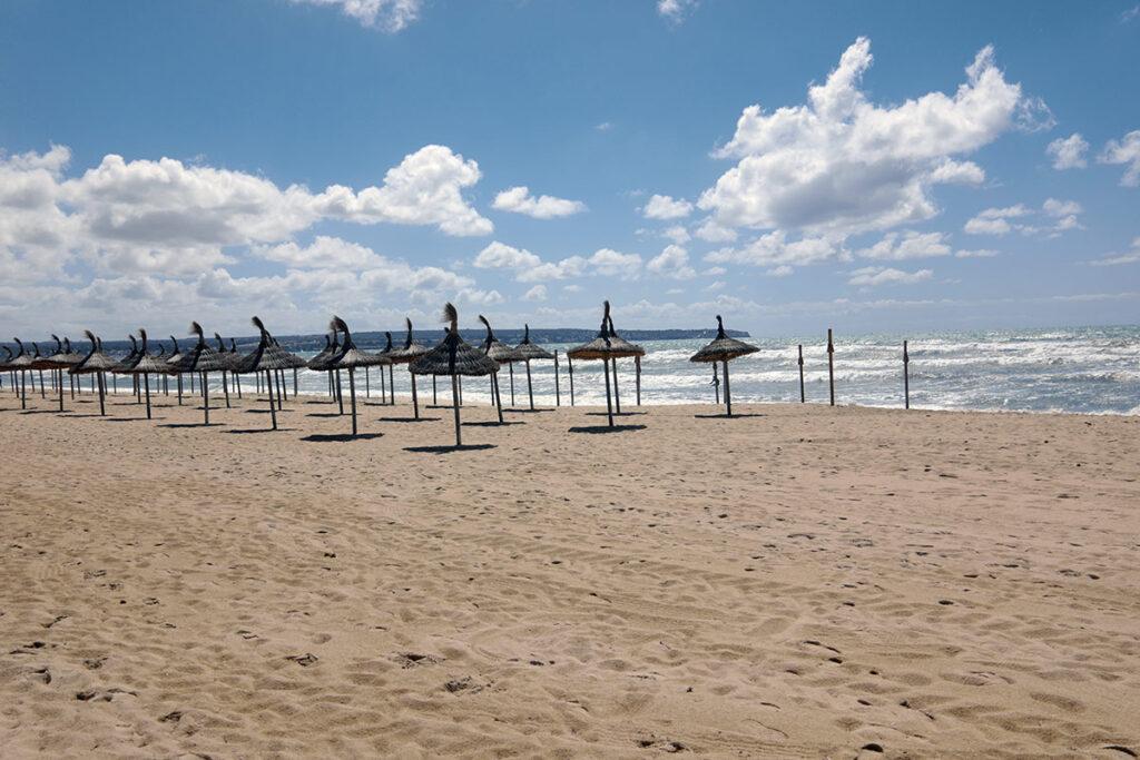 leerer Strand aufgenommen mit der Leica CL und Summicron 23mm