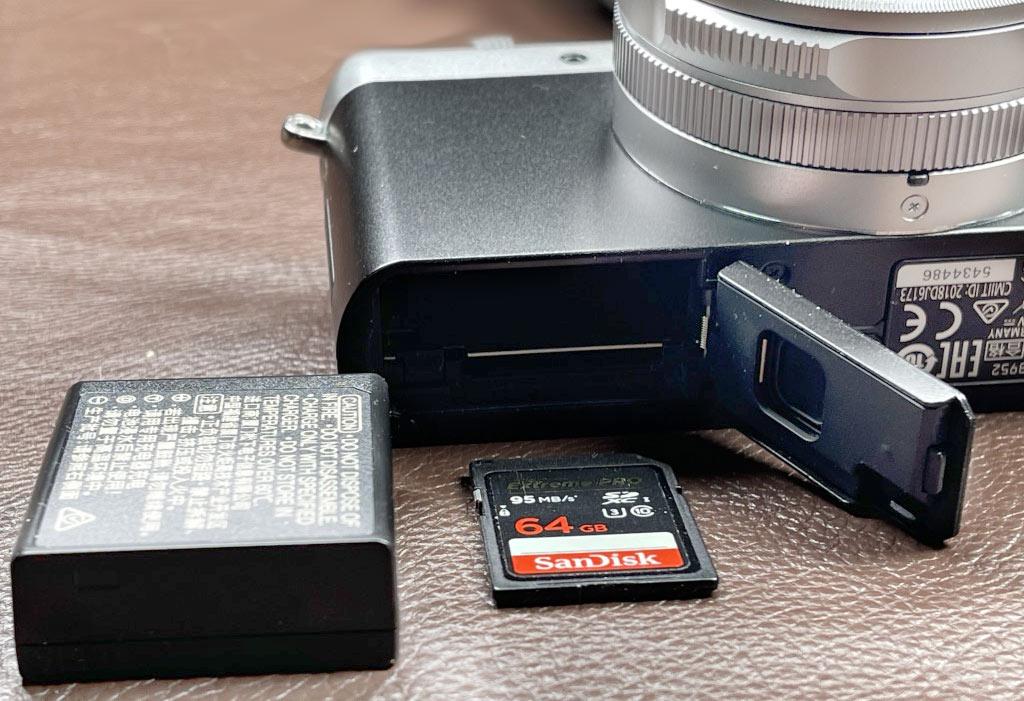 D-Lux 7, Ansicht von unten, mit Akkufach und Speicherkarte SD