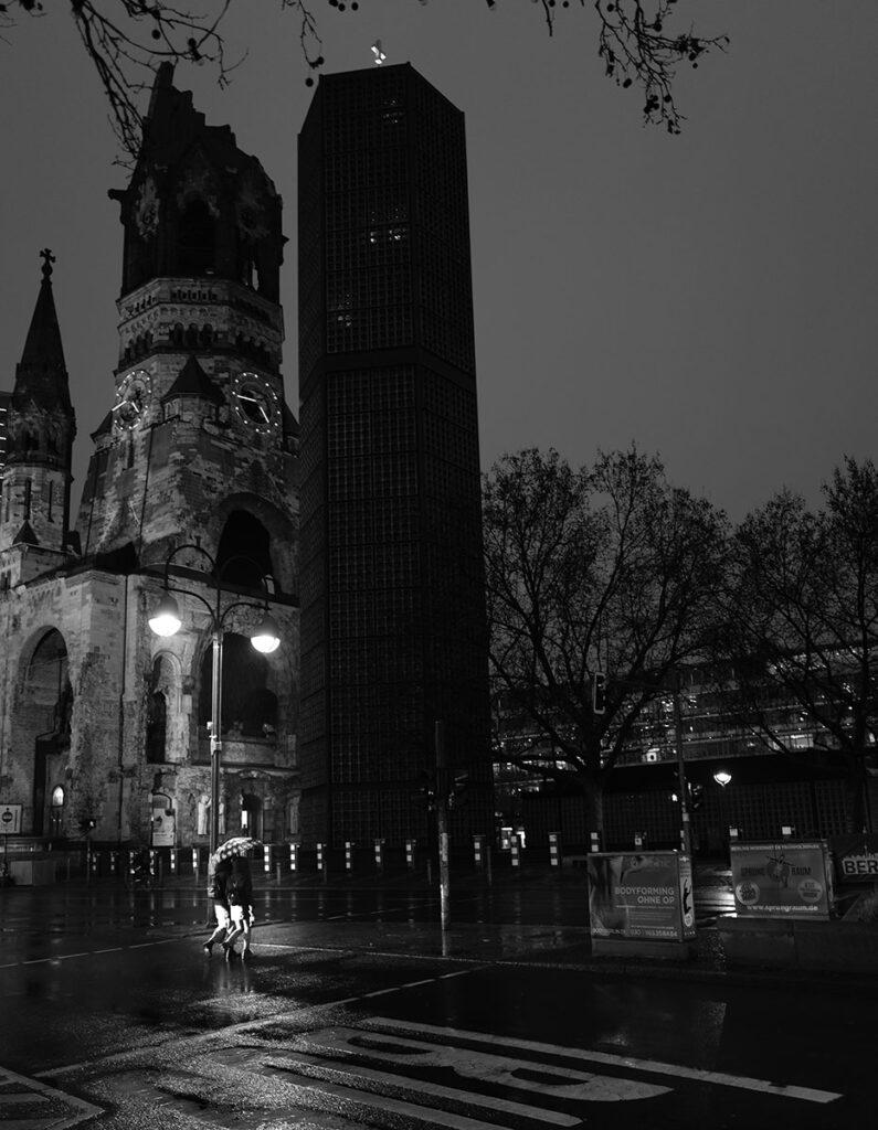 Leica Q2: Im Regen über die Straße