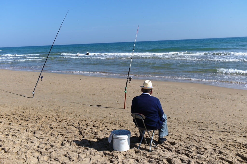 Ein Angler am Strand. Man sieht, auch bei starker Mittagssonne lässt sich das Summicron 35mm nicht beeindrucken. Tolle Abbildungsleistung bis in die Ecken und knackscharf.