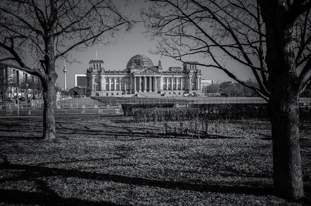 Der Berliner Reichstag in schwarzweiß, aufgenommen mit der Leica M10-R und dem 35mm Summilux