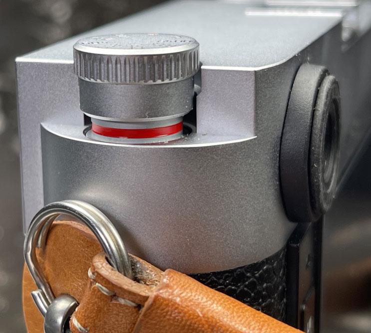 Ein roter Ring um die Basis des ISO-Wählrads warnt, dass sich das Zifferblatt in der entriegelten Position befindet