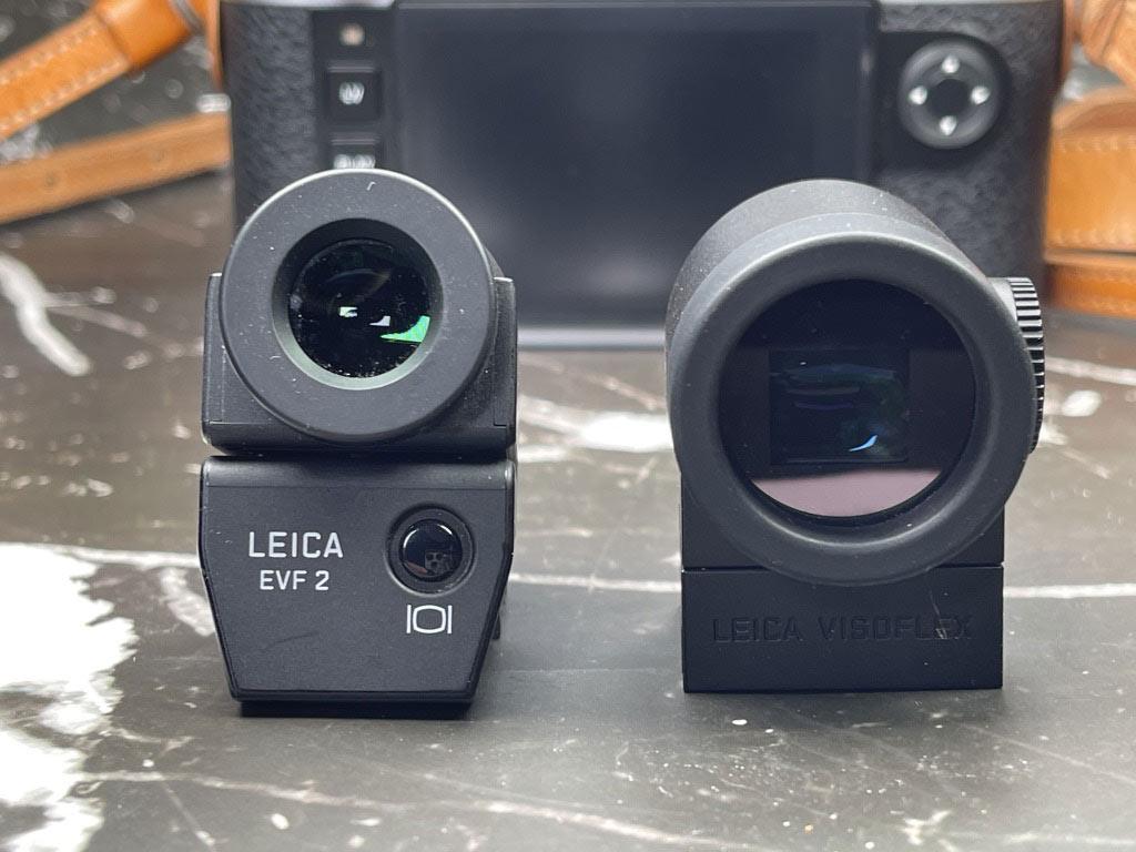 Links der alte Visoflex für meine M240, rechts der neue Visoflex 020 EVF für die M10. Beachten Sie die viel größere Augenmuschel.