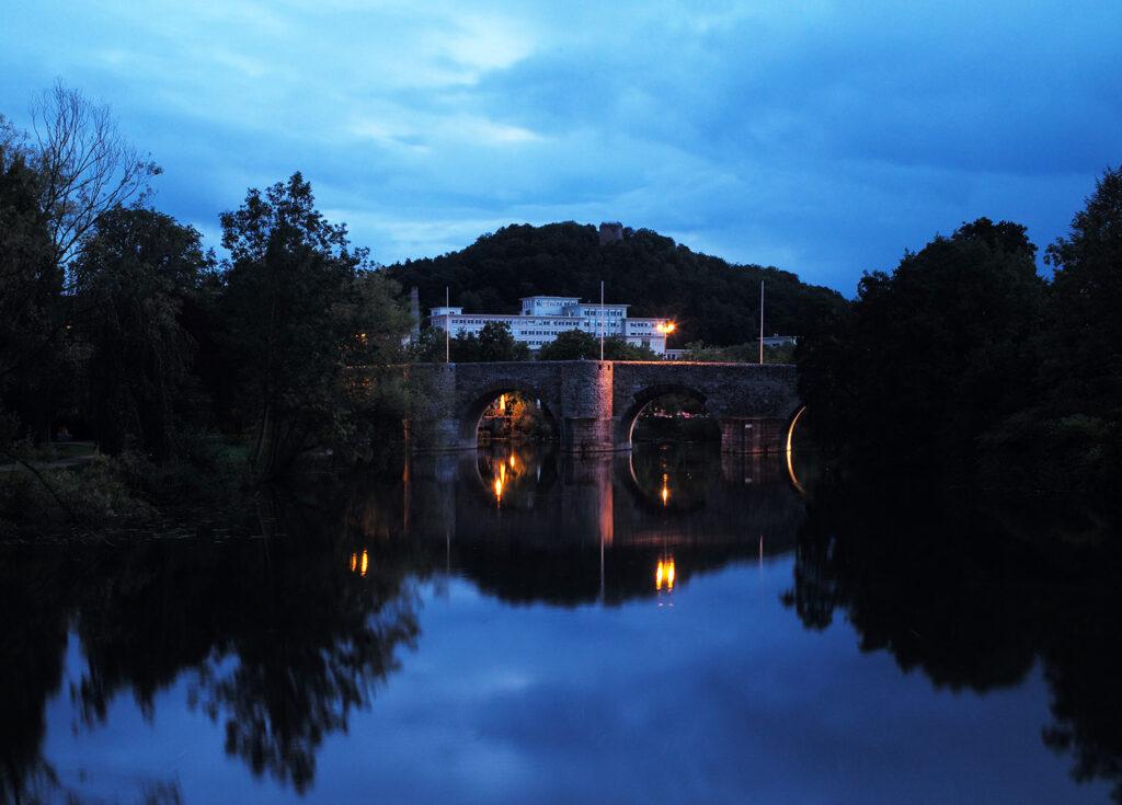 Mit meinem Summilux 50mm zur Blauen Stunde an der Lahnbrücke in Wetzlar, im Hintergrund das alte Leitz Werk