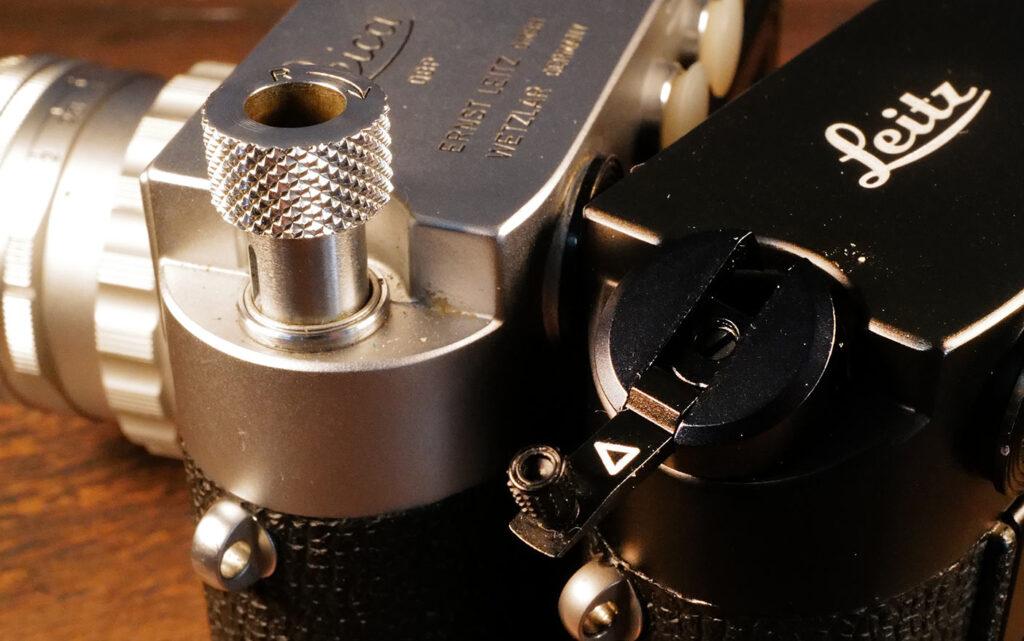 Filmrückspulhebel der M3 (links) und der M4 (rechts)