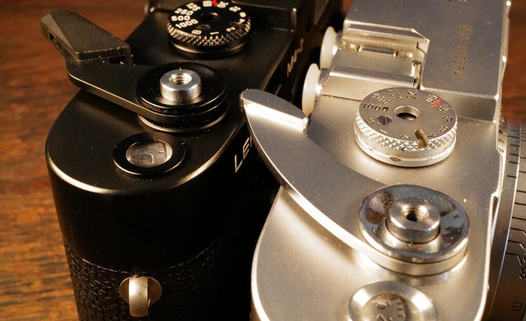 Die jeweiligen Filmtransporthebel der M3 (rechts) und der M4 (links)