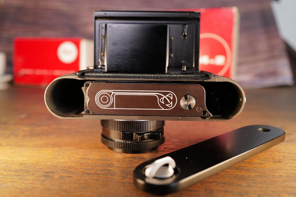Leica M4-2 mit abgenommener Bodenplatte. Verbessert für schnelleres Film einlegen