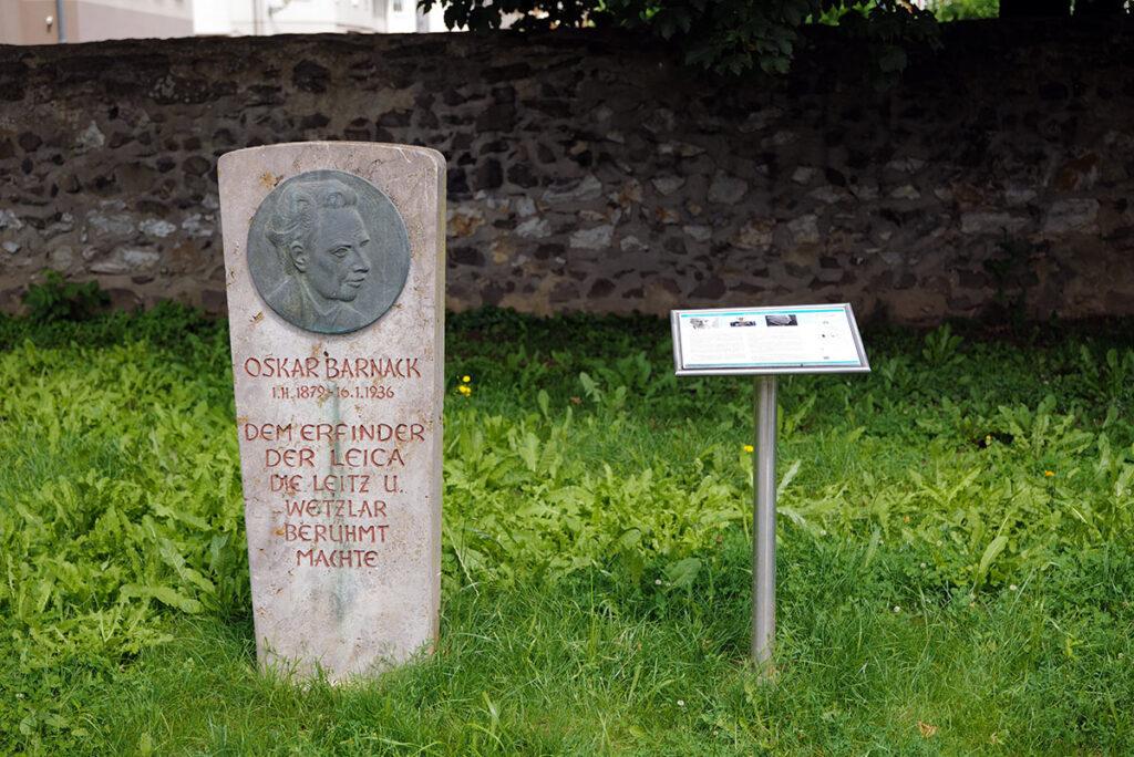 Oskar Barnack Gedenkstein im Park vor dem Verwaltungsgebäude der Leitz-Werke, gestiftet von Else Kühn-Leitz