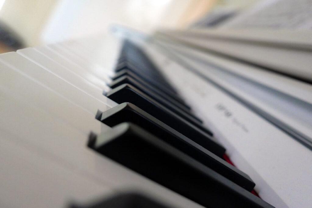 Leica D-Lux7: Sohn Elias fotografiert sein Klavier